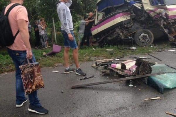 На Тернопільщині не розминувся автобус з фурою