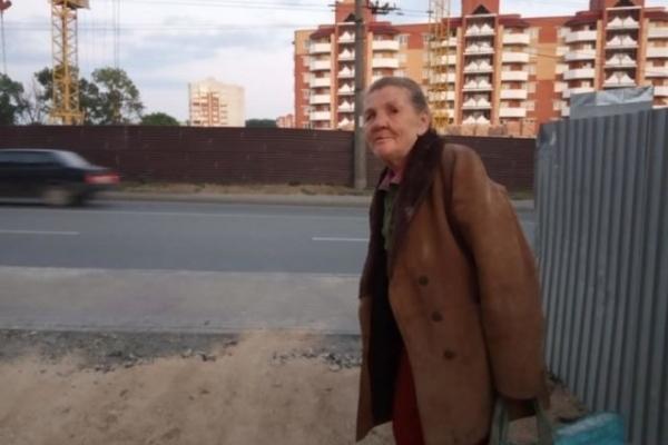 Жінку, яка жила у розваленому будинку, прихистила тернополянка