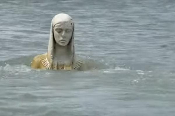 Диво на Прикарпатті: статуя Божої Матері з'явилася серед річки (Відео)