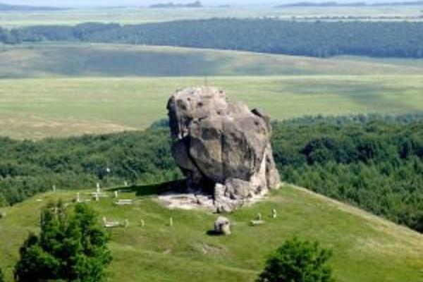 За 50 кілометрів від Тернополя на велетенському камені видовбані сходи і могильні ями