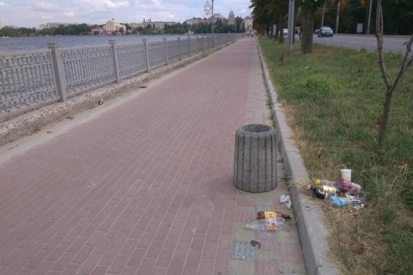 На набережній Тернопільського ставу влаштували шоу смітників