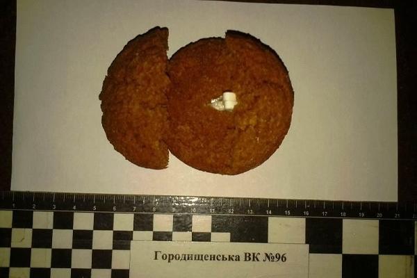 Ув'язненому намагались передати наркотик у печиві