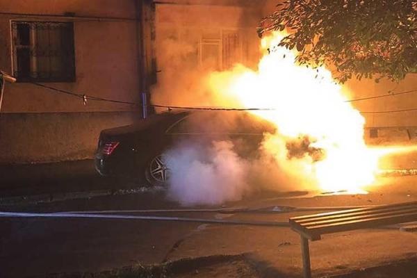 У Тернополі поліцейські гасили п'яниці автомобіль