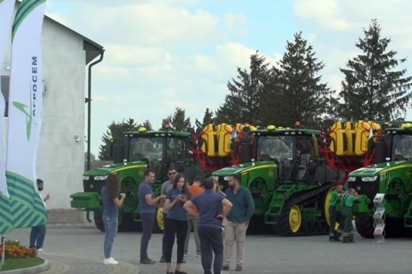 «Агросем» урочисто вручила ключі від гусеничних тракторів ТОВ «Україна»