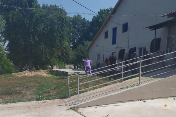 На Тернопільщині у вигрібній ямі засипало трьох людей