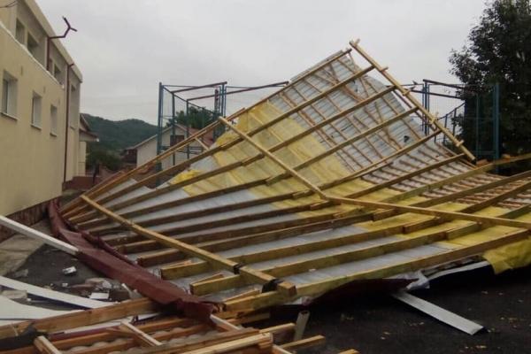 На Тернопільщині, сильні вітри позривали дахи будівель