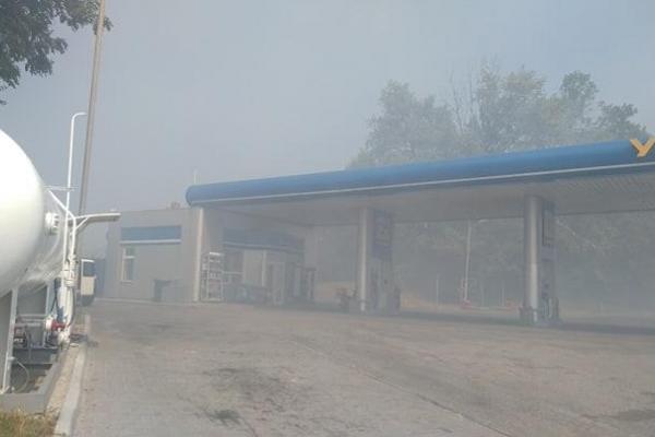 Через пожежу на полі ледь не згоріла заправка на Тернопільщині (Фото)