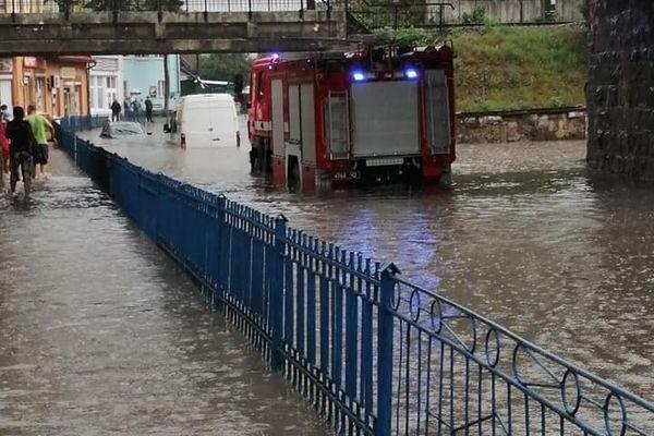 Підволочиськ: Вулиці перетворилися на річки через грозу (Відео)