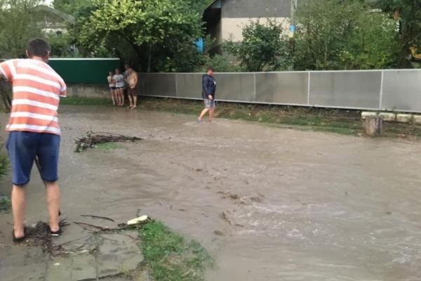 Через село Тернопільщини потекла брудна ріка, а дерева гнуло ледь не до землі (Відео)