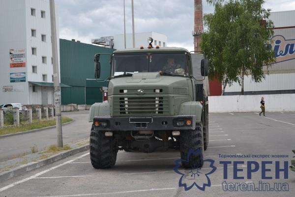 До розважального центру в Тернополі стягнули військову техніку (Відео)