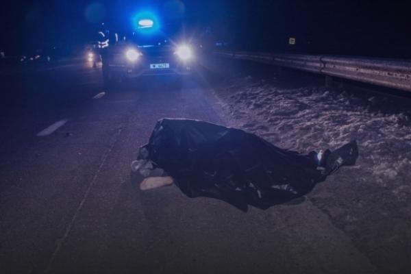 Посеред ночі у полі водій вигнав з маршрутки: на трасі знайшли труп молодого чоловіка