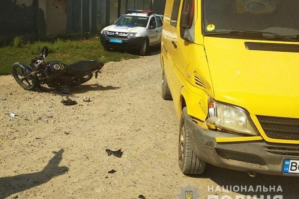 На Тернопільщині мотоцикліст випадково в'їхав у мікроавтобус