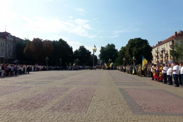 На Театральному Майдані Тернополя урочисто підняли державний прапор України з нагоди Дня Прапора (Фото)