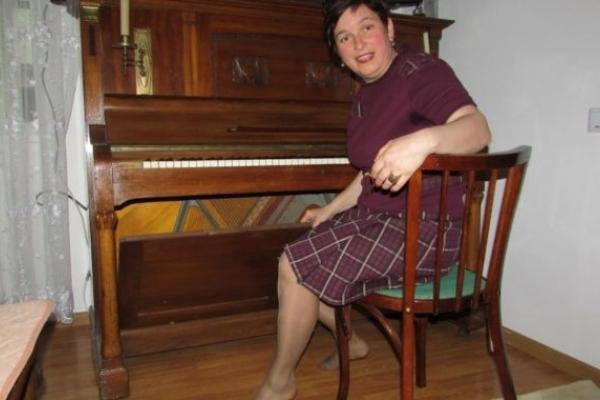 Її руки і на фортепіано грають, і картоплю збирають