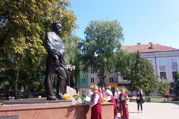 У Тернополі поклали квіти до пам'ятника Івану Франку з нагоди дня народження письменника