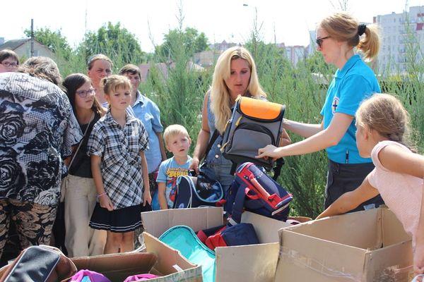 250 малозабезпечених дітей, дітей переселенців та учасників АТО тримали «Шкільні портфелики» від Тернопільського «Карітасу»