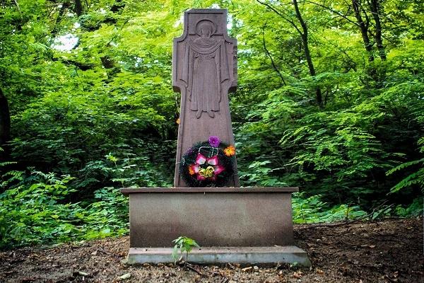 Хрест на місці церкви, що пішла під землю на Тернопільщині