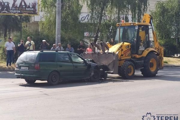 У Тернополі зіткнулися бульдозер і легковий автомобіль (Фото)