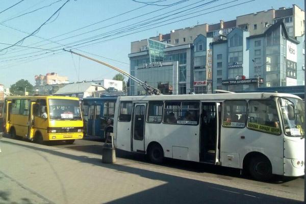 У Тернополі автобуси блокують рух тролейбусів (фото)