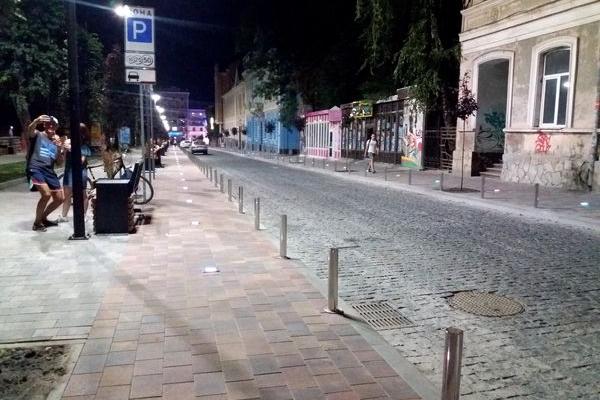 Як виглядає вечірня оновлена вулиця Чорновола в Тернополі (Фото)