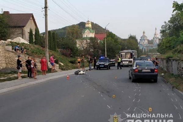 У Кременці автівка збила чоловіка на скутері