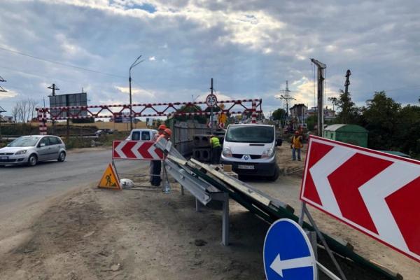 На Гаївському мості тривають роботи, встановлюють опори