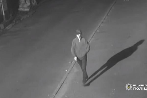 Поліція обіцяє грошову винагороду тому, хто допоможе знайти чоловіка з камер спостереження, якого підозрюють у замаху на вбивство ректора Крисоватого