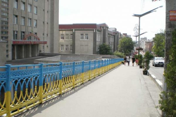 Біля ТНТУ відремонтують ями на пішохідному мості