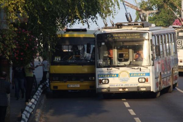 У Тернополі водії громадських транспортів організували розбірки на дорозі (Фото)