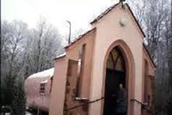 На Тернопільщині церковне служіння парафіяни проводять у металевій діжці