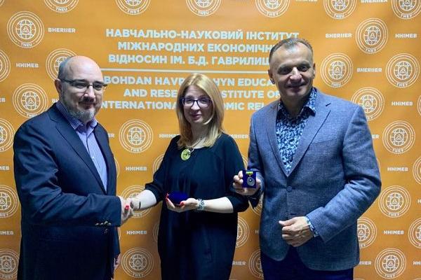 Директор ННІМЕВ ім. Б.Д.Гаврилишина Ірина Іващук отримала нагороду від ІСС Ukraine