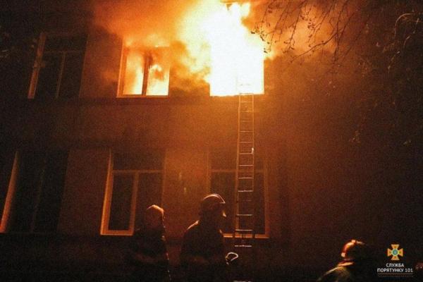 Учні школи на Тернопільщині, яка згоріла дотла, тепер навчаються у школах 4 сіл, навіть на Львівщині