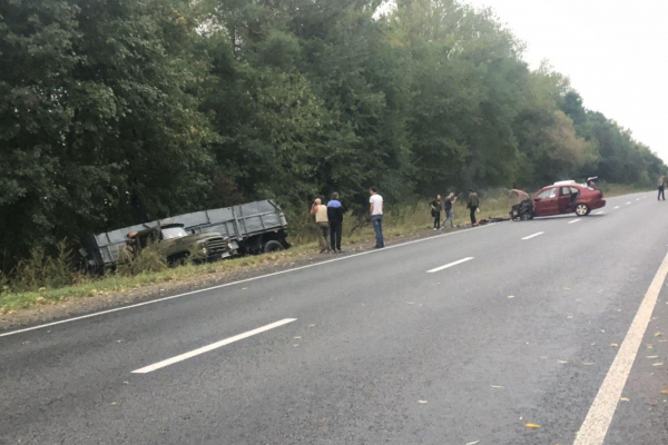 ДТП між Збаражем і Тернополем: легківка побита, вантажівка вилетіла з дороги (Фото)