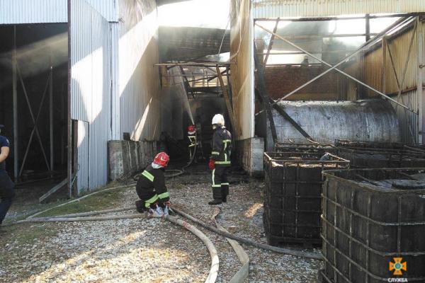 «Десять цистерн та дев'ятнадцять баків»: на Тернопільщині горів завод соняшникової олії