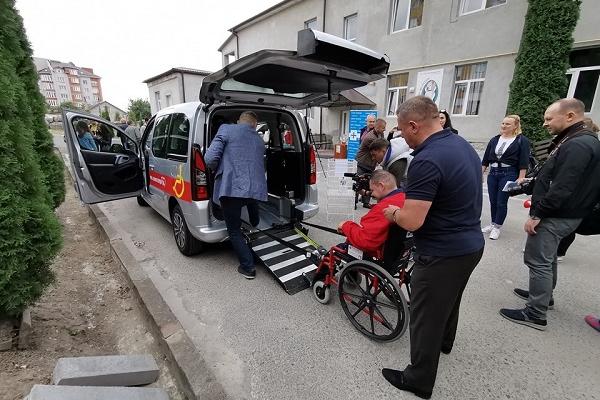 Тернопільському «Карітасу» передали автомобіль, який возитиме людей з інвалідністю та гарячі обіди стареньким самотнім