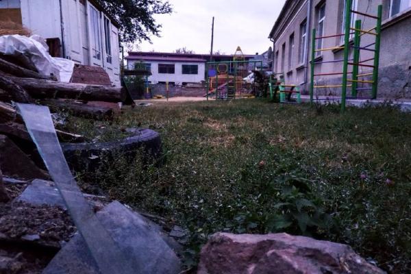 На Тернопільщині на території дитсадка – «гори» скла і сміття (Фото)