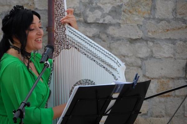 Концерт лемківської пісні у Збаразькому замку - співачка співала під відкритим небом