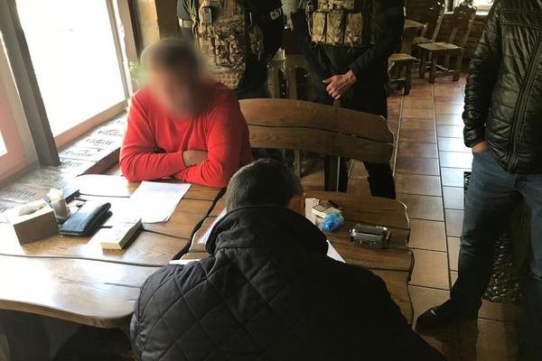 На Тернопільщині затримали чоловіка який вимагав 25 тисяч доларів