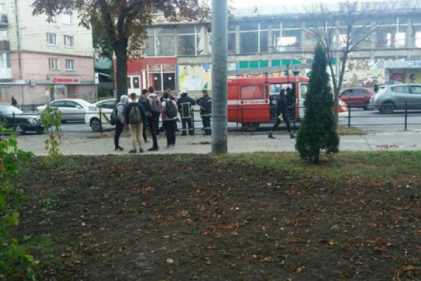 Біля школи у Тернополі переполох. Рятувальники ловили змію (Фото, відео)