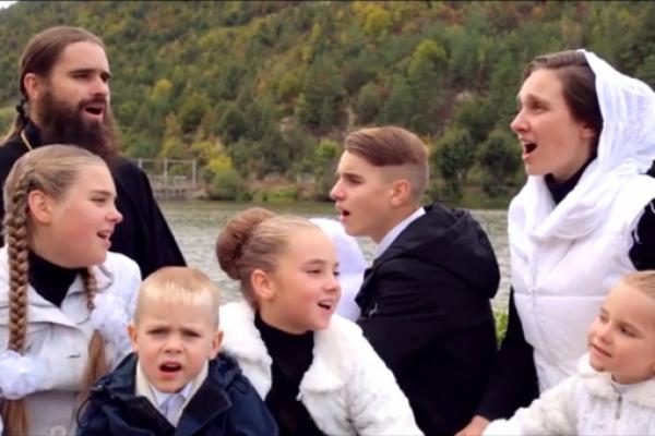 Багатодітна родина з Борщева вразила мережу виконанням відомої пісні (Відео)