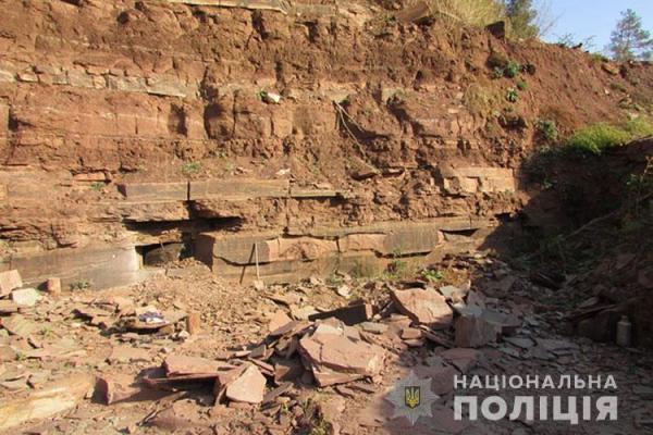 Чоловіки незаконно видобували камінь-пісковик
