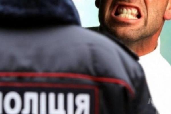 Тернополянин накинувся на поліцейського і вкусив його