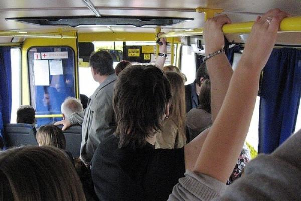 «Нахамив та вигнав»: Тернопільський водій маршрутки  виштовхував пасажирів (Відео)