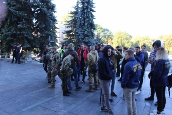 У Тернополі активісти пікетували ОДА. Депутати зберуться на позачергову сесію