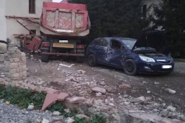 Трагедія у Чорткові: на схилі у вантажівки відмовили гальма, загинула жінка, потрощені машини (Фото)