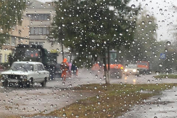 «Гроші кидають у калюжі». Хто ремонтував дорогу у Ланівцях під час дощу