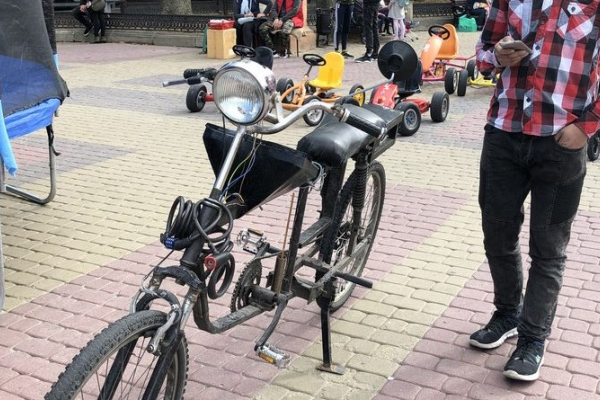 Тернополянин Степан Огінський змайстрував велосипеда, який синхронізується із телефоном