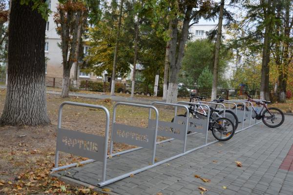 Чортків поповнився новими велопарковками