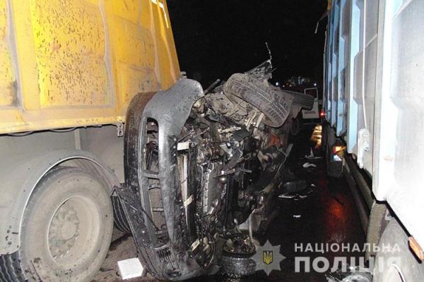 Біля Вишнівця аварія: легківку затиснуло між двох вантажівок