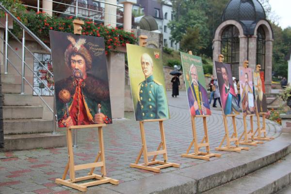 На Тернопільщині освятили 12 портретів гетьманів
